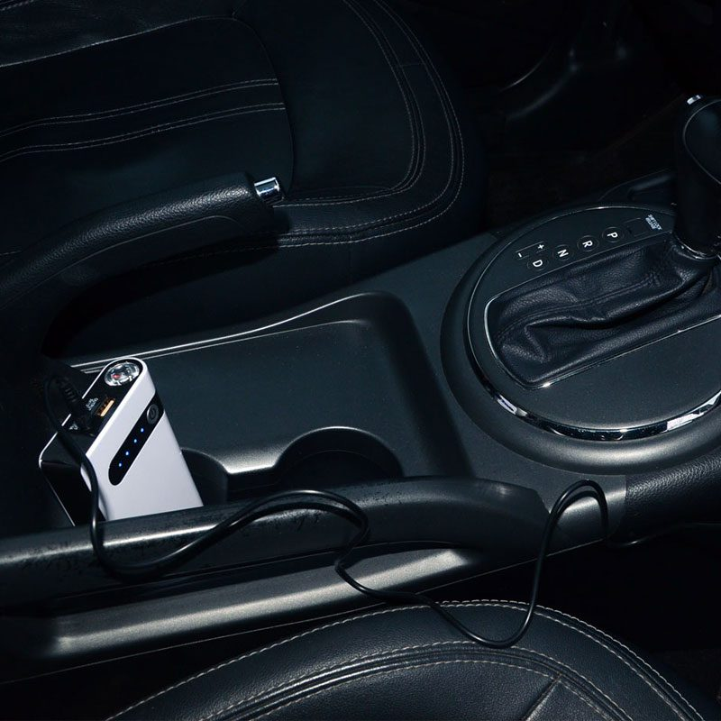 Фото Пусковое устройство Джамп стартер в салоне автомобиля