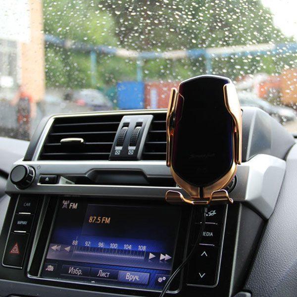 Фото инновационного держателя для телефона в авто в действии